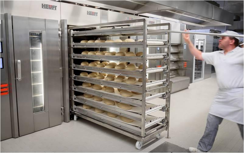 Polnjenje peči s poteznimi aparati, za peko izdelkov direktno na kamnitih ploščah