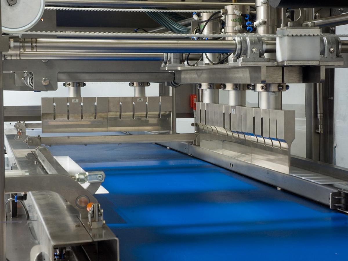 Ultrazvočni stroj za rezanje tort in različnih slaščic BAKON INLINE-03